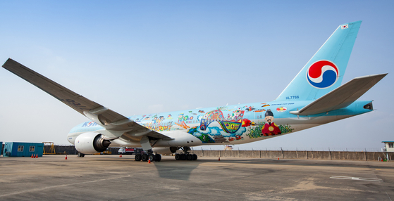 항공기용 그래픽 필름을 붙인 대한항공 B777-300ER 여객기의 모습. 그래픽 필름을 붙이는 데에는 3M의 접착 기술을 적용해 수만미터 상공이나 영하 40~50도의 혹독한 환경에서도 변형되지 않는다. [연합뉴스]