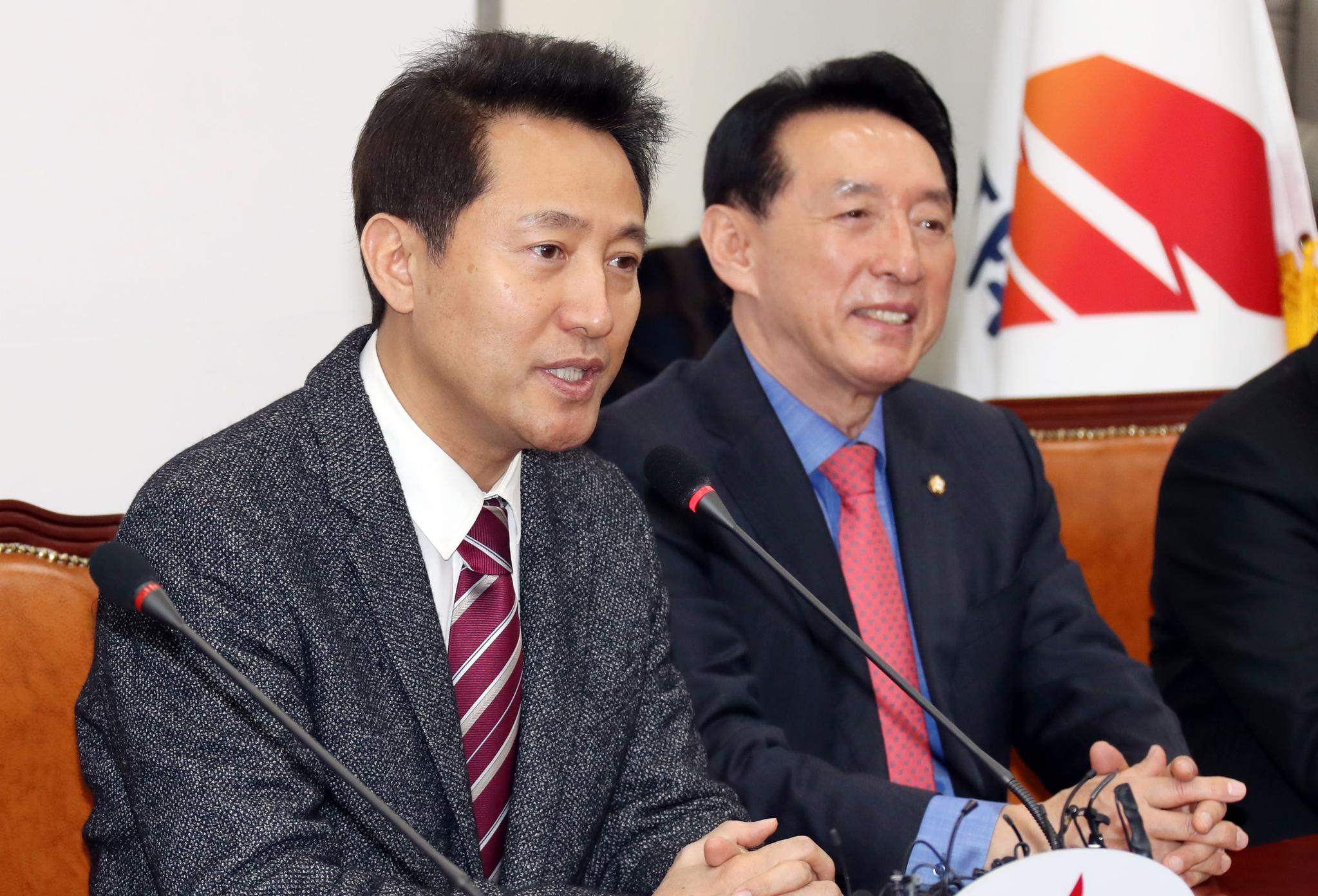 자유한국당 선관위 회의가 13일 오전 국회에서 열렸다. 오세훈 후보(왼쪽)가 인사말 하고 있다. 변선구 기자