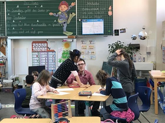 독일 학생들은 초등학교 졸업 시 담임교사의 조언에 따라 일반고와 직업계고 중에 선택해 자신의 적성에 맞는 교육을 받는다. 독일 트리어의 암브로지우스 초등학교에서 학생들이 수업을 듣고 있다. [중앙포토]
