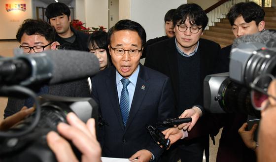 김경수 경남도지사가 법정 구속된 지난달 30일 오후 권한대행을 맡게된 박성호 행정부지사가 프레스센터에서 브리핑한 후 돌아가며 기자들의 질문을 받고 있다. 송봉근 기자