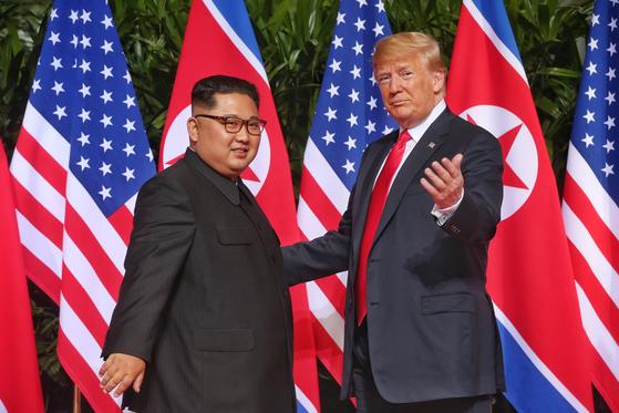 지난 2018년 6월 12일 싱가포르에서 정상회담에 앞서 기념촬영하는 트럼프 미국 대통령과 김정은 북한 국무위원장. [중앙포토]