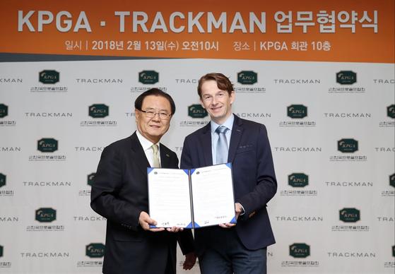 양휘부 KPGA 회장과 에마누엘 프라우엔롭 트랙맨 부사장이 협약식을 가진 뒤 기념 촬영을 하고 있다. [사진 KPGA]