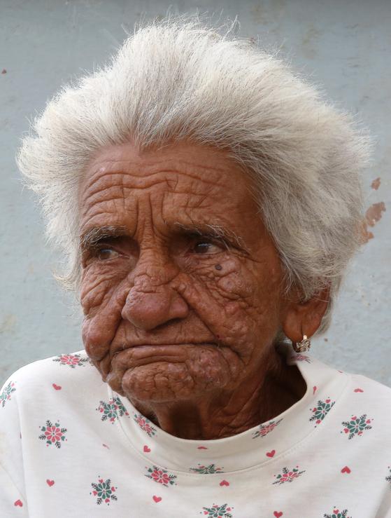 꼬히마르에서 만난 쿠바 할머니. 이 할머니는 먼저 외국인을 부르지 않았다. 내가 카메라를 들어 보이며 촬영을 부탁했다. 유난히 흰 머리와 깊은 주름살이 눈에 밟혔다. 사진을 찍고 1쿡 동전을 손에 쥐어줬다. 할머니가 환히 웃었다. 손민호 기자