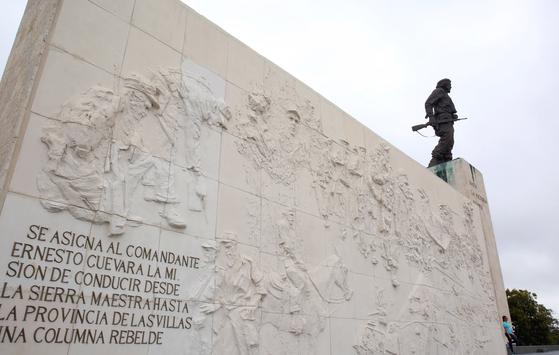 산타 끌라라 체 게바라 전시관에 있는 게바라 동상. 동상 아래 추모관에 주검이 된 게바라가 누워 있다. 손민호 기자