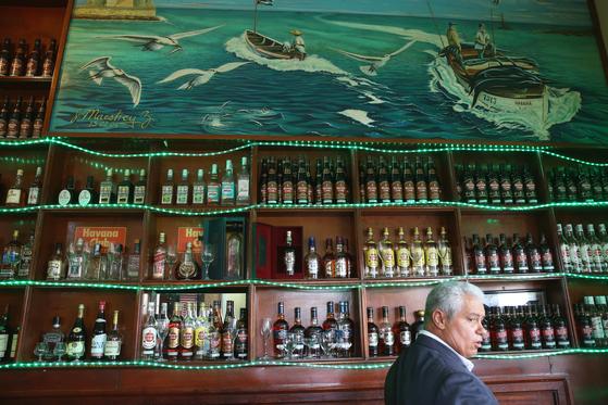 꼬히마르의 카페 라 테라짜. 『노인과 바다』에 등장한 동네 카페다. 늙은 어부 산티아고가 이 카페에서 커피 한 잔으로 속을 달래고 바다로 나간다. 아바나 시내의 헤밍웨이 명소들처럼 관광객이 긴 줄을 선다. 손민호 기자
