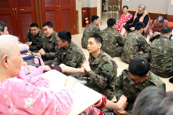 지난달 30일 오전 강원 화천군 한 요양시설에서 육군 장병들이 설 맞이 봉사활동을 하고 있다. [뉴스1]