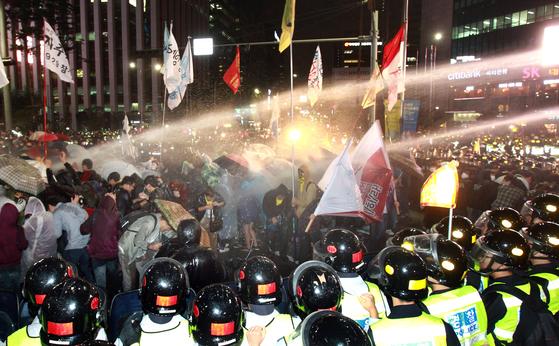 지난 2011년 6월 29일 오후 10시30분쯤 서울 중구 롯데호텔 앞에서 대학생 700여 명이 8 차로 중 4차로를 점거하고 반값등록금 공약 실천을 요구하는 시위를 벌였다. 경찰은 학생들이 해산하지 않자 물대포를 발사하고 수십 명을 연행했다. [중앙포토]