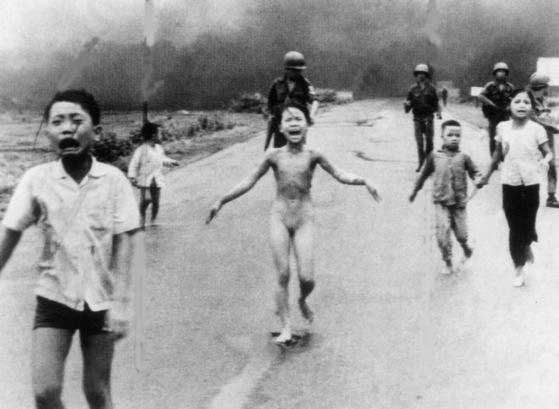 1972년 6월 베트남전 당시 미국 AP 통신 사진기자인 닉 우트가 촬영한 '네이팜탄 소녀'(원제:전쟁의 공포) 사진. 지구촌에 반전 여론을 촉발시킨 이 사진은 이듬해인 1973년 퓰리처상을 수상했다. [AP=연합뉴스]