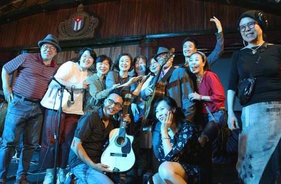 아바나 나시오날 호텔 공연이 끝난 직후 무대에서. 가운데 기타를 메고 서 있는 노인이 이날 무대에서 기타를 연주한 밴드 밴드 맴버다. 손민호 기자