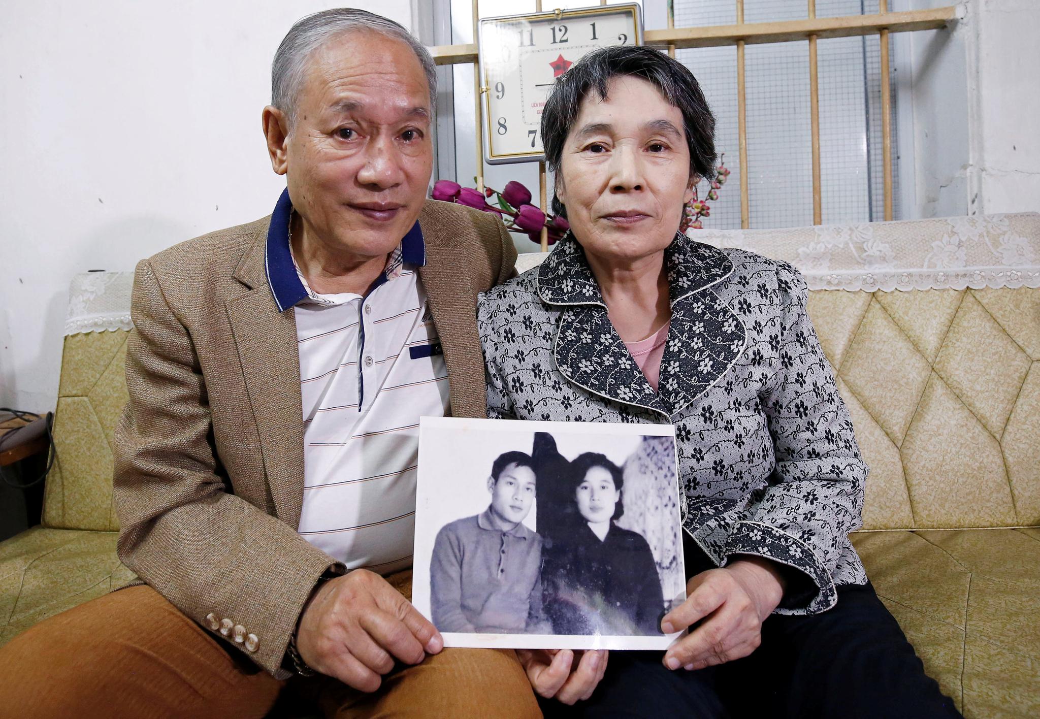 팜 녹 칸과 이영희 씨 부부가 13일(현지시간) 48년 전 촬영한 흑백 사진을 들어보이고 있다.[로이터=연합뉴스]