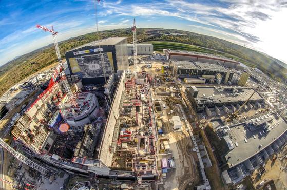 국제핵융합실험로(ITER) 공사 현장의 낮. 토카막이 들어갈 원통형 건물 뒤로 서 있는 곳이 부품 조립동이다. 7개국이 참여하는 ITER 프로젝트는 미국, 한국, 중국, 일본, 인도, 러시아, EU가 참여한다. [사진 ITER]