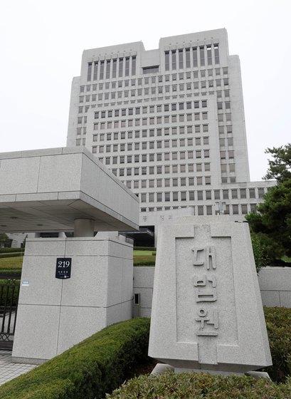 '통상임금 신의칙' 적용이 부당하다는 법원의 판결이 나왔다. 사진은 대법원 전경. [뉴스1]