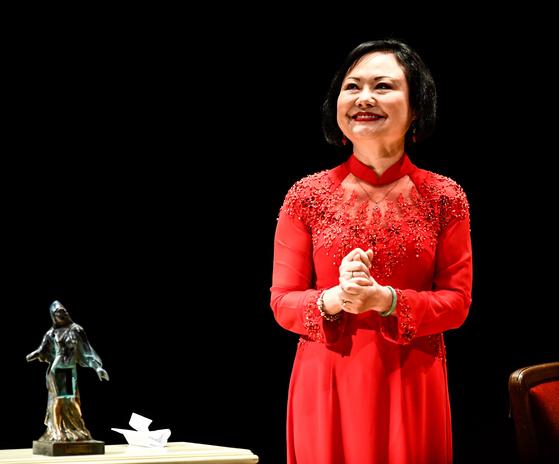 11일(현지시간) 드레스덴의 젬퍼 오페라 하우스에서 1972년 베트남 전쟁의 참상을 전한 '네이팜탄 소녀' 사진의 주인공 킴 푹이 드레스덴 인권평화상을 받았다. [EPA=연합뉴스]