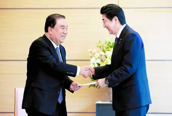 문희상 국회의장이 지난해 도쿄를 방문해 아베 신조 총리와 인사를 나누는 사진이다. 문 의장의 '일왕' 관련 발언에 아베 총리는 12~13일 양일간 철회를 요구하며 비난에 나섰다.              [중앙포토]