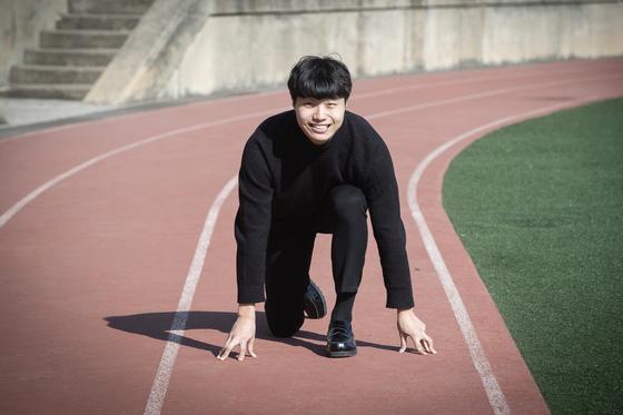 """육상 트랙 위의 김두영씨. 학교에서 생활비장학금을 받고 있는 그는 '희망사다리의 시작은 출발선을 같게 해주는 것""""이라고 말했다. [장진영 기자]"""