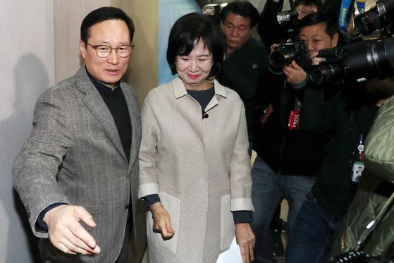 손혜원 무소속 의원이 지난 1월 20일 서울 여의도 국회에서 전남 목포 부동산 투기 의혹 관련 기자회견을 마친 뒤 홍영표 원내대표와 정론관을 나서고 있다. 이날 손 의원은 더불어민주당을 탈당했다. [뉴스1]