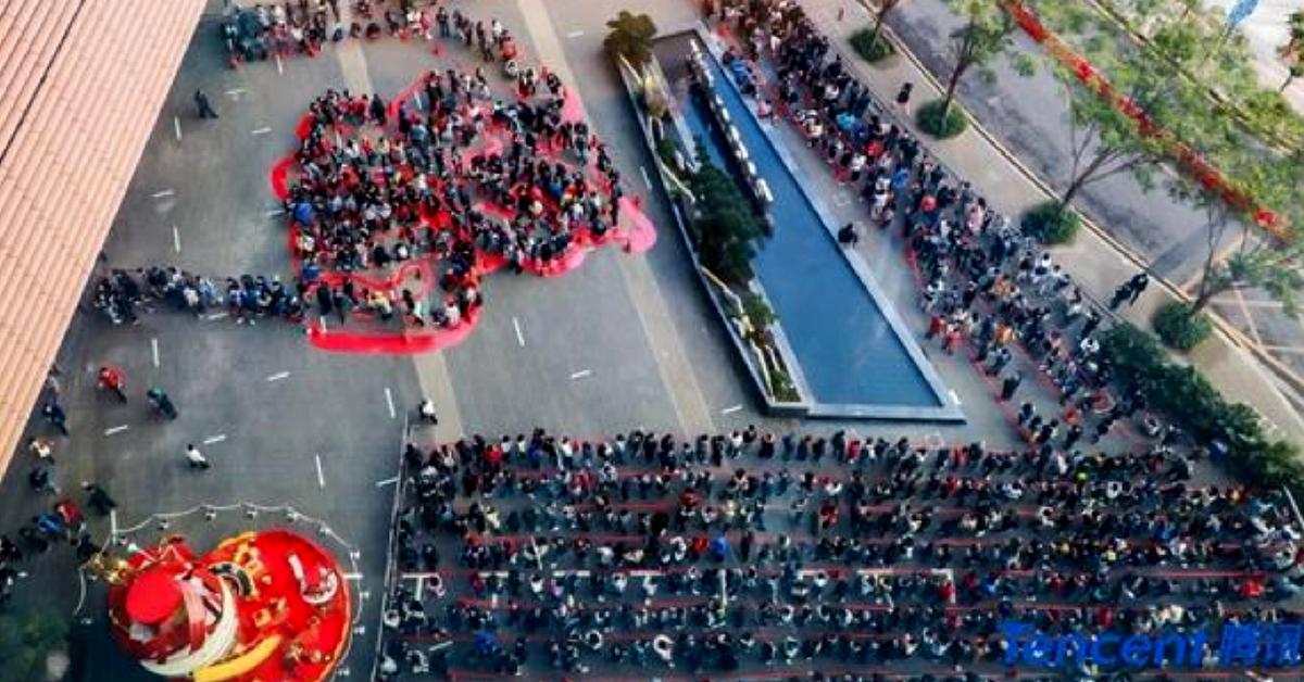 12일 중국 광둥성 선전의 텐센트 본사 건물 밖에서 직원들이 회장에게 세뱃돈을 받기 위해 길게 줄지어 서 있다. [사진 텐센트]