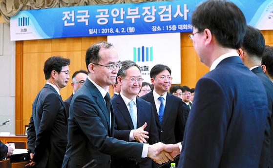 검사들과 악수하는 문무일 검찰총장 [연합뉴스]