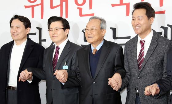 자유한국당 선관위 회의가 13일 오전 국회에서 열렸다. 김진태, 황교안 후보, 박관용 선관위 위원장, 오세훈 후보(왼쪽부터)가 손을 맞잡고 포즈를 취하고 있다. 변선구 기자
