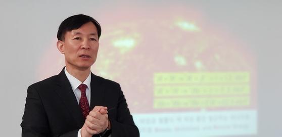 유석재 국가핵융합연구소장이 태양을 배경으로 핵융합 발전의 원리를 설명하고 있다. 최준호 기자