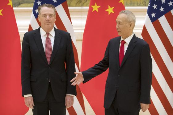 14일 중국 베이징에서 미국과 중국 간 고위급 무역협상이 재개됐다. 류허 중국 부총리(오른쪽)이 로버트 라이트하이저 미 무역대표부(USTR) 대표에게 악수를 청하고 있다.[AP=연합뉴스]