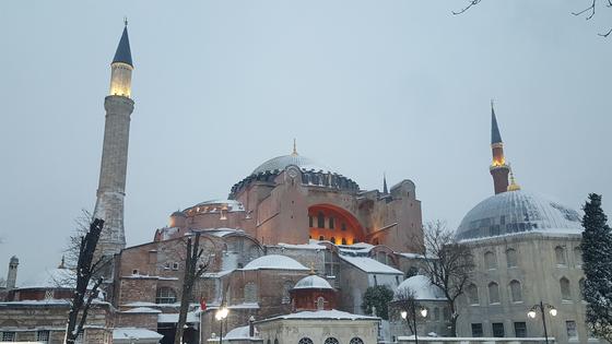 화해와 공생이라는 이스탄불 정신을 상징하는 성 소피아 성당. 6세기 비잔틴 건축의 대표작으로 기독교 교회와 이슬람 모스크로 번갈아 사용됐다. [사진 이희수]