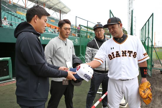 모처럼 다시 만난 박세혁(왼쪽)과 아베(오른쪽)의 모습. 두산 제공