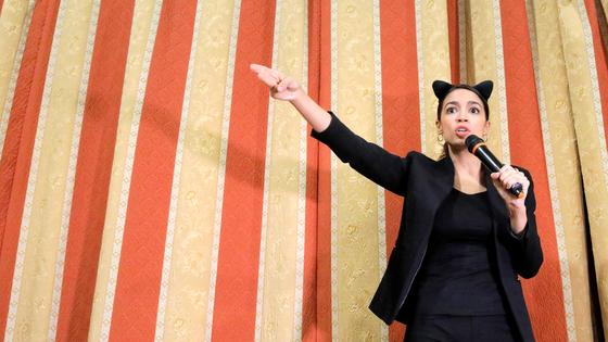 지난해 11월 민주당 하원의원 후보 시절 할로윈데이를 맞아 고양이머리띠를 하고 연설을 하는 오카시오 코르테즈. [로이터=연합뉴스]