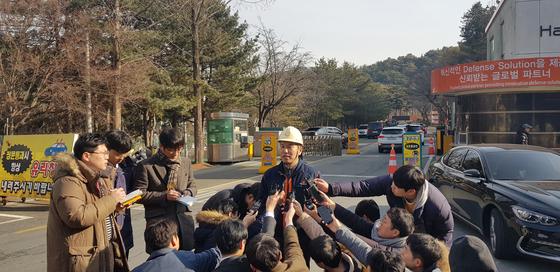 폭발사고가 난 (주)한화 대전공장 김대근 인사팀장이 공장 앞에서 가지들의 질문에 답하고 있다. 신진호 기자
