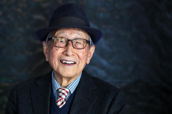 """100세에도 왕성하게 강연과 저술 활동을 하고 있는 김형석 교수. 그는 '60세쯤 되면 철이 들고 내가 나를 믿게 된다. 인생에서 가장 행복한 시기는 이때부터""""라고 했다. 또한 '베푸는 삶이 행복하고 가치 있는 것""""이라고 덧붙였다. [중앙포토]"""