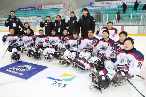 국가대표들로 구성된 강원도 대표 강원도청 아이스하키 팀이 제16회 동계체전 아이스하키 우승을 차지했다. [사진 대한장애인체육회]
