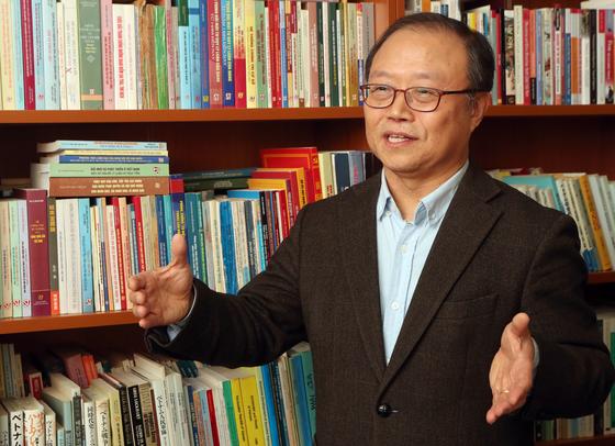 """서강대 동아연구소에서 만난 이한우 교수. 그는 '베트남이 개혁·개방 과정에서 거둔 성과와 한계를 북한이 현명하게 참고해야 한다""""고 강조했다. [최정동 기자]"""