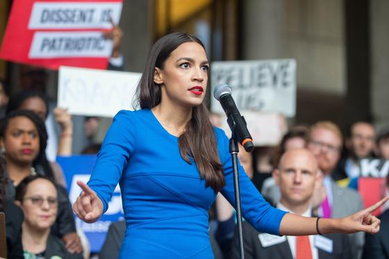 지난해 10월 민주당 하원의원 후보 시절 뉴욕에서 연설을 하고 있는 오카시오 코르테즈.[AFP=연합뉴스]