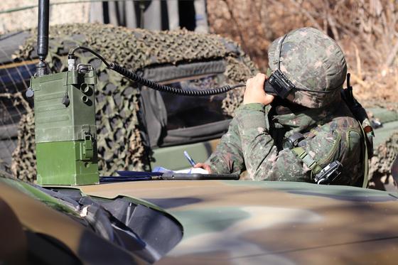 31일 강원도 인제 KCTC 훈련장. CAS(근접항공지원) 지원 업무를 맡은 공군 조종사가 교신 중에 있다. [사진 박용한]