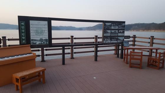 안동호 부교 위에 만들어진 수몰된 예안국민학교의 기념 조형물. [사진 송의호]