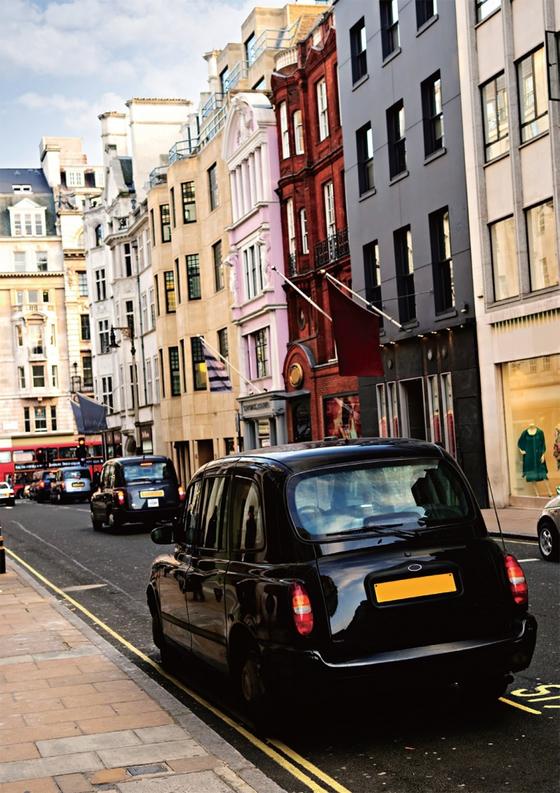 ?런던의 택시면허 시험은 고시라고 해도 과언이 아닐 정도로 어려워 택시 숫자가 많지 않아 고소득 운전자가 많다. / 사진:ⓒ gettyimagesbank