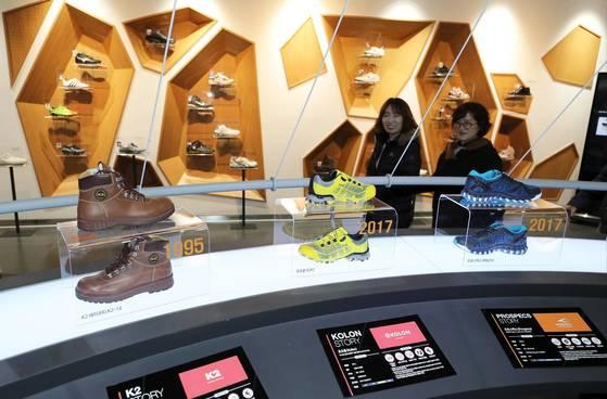 부산 부산진구에 있는 한국신발관에서 시민들이 시대별로 구분된 신발 전시물을 살펴보고 있다.[연합뉴스]