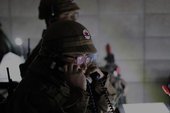 31일 강원도 인제 KCTC 훈련장. 북한군 역할을 맡은 대항군 연대 지휘소에서 연대장 명령을 전달하고 있다. [사진 박용한]