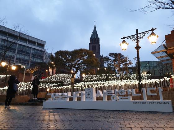 15일 오후,서울 중구 명동대성당 앞에 김수환 추기경을 추모하는 LED 흰장미에 불이 켜졌다. 김정민 기자