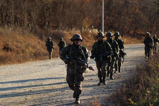 지난달 31일 강원도 인제 KCTC 훈련장. 해가 넘어가는 오후 3사단 23연대 장병들이 이동한다.주변에 매복한 대항군이 있어 점령지역 이동중에도 경계를 늦출 수 없다. [사진 박용한]