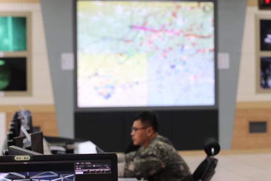 31일 강원도 인제 KCTC 훈련장. 과학과훈련장 훈련 통제소에서는 대항군과 훈련부대 상황을 실시간 파악하고 있다. [사진 박용한]