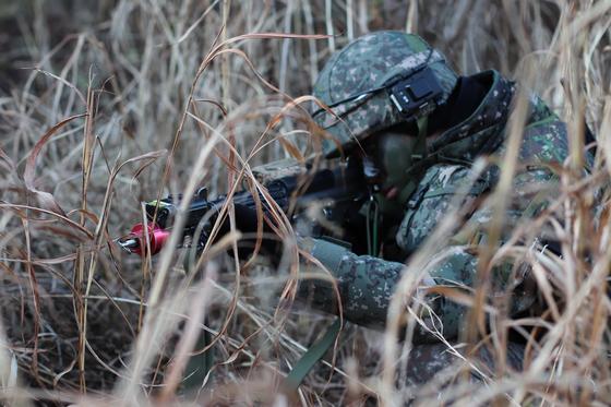31일 강원도 인제 KCTC 훈련장, 대대 지휘소 인근에 매복한 장병. [사진 박용한]