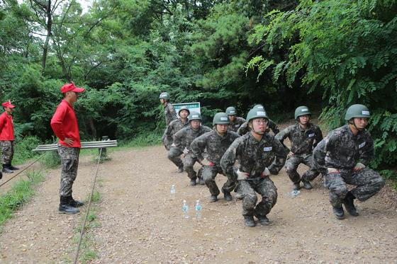 유격 훈련에서 PT체조 중인 장병들 [사진 17사단 제공]