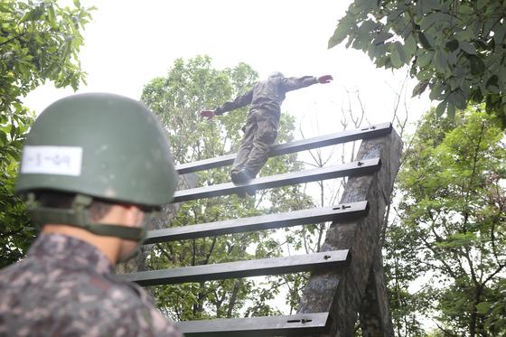 기초장애물 훈련 중 뒤에서 계단오르기를 하고 있다. [사진 17사단 제공]