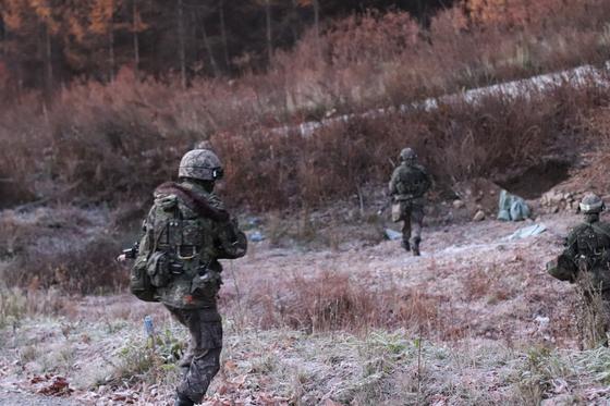 1일 강원도 인제 KCTC 훈련장. 대항군을 포위하기 위해 질주하는 장병들. 엄폐하다 함께 쫓아가면서 전쟁 영화처럼 사진도 흔들렸다. [사진 박용한]