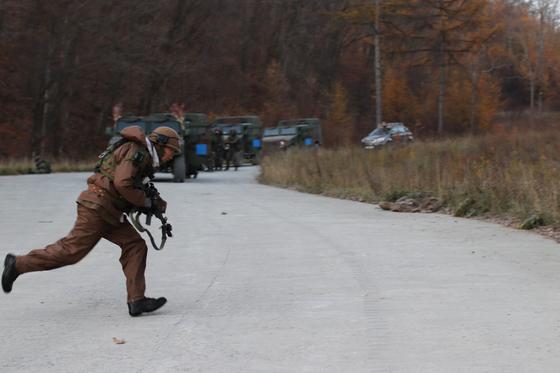 31일 강원도 인제 KCTC 훈련장. 대항군 역할을 맡은 병사가 훈련부대와 교전하고 있다. [사진 박용한]