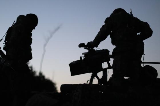 31일 강원도 인제 KCTC 훈련장. 새벽 공격에 앞서 장비를 점검하는 장병들 [사진 박용한]