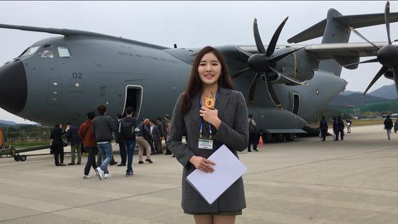 18일 A400M 시범비행에 참가한 전민경 인턴기자가 탑승에 앞서 항공기 특성을 설명하고 있다. 영상은 중앙일보 홈페이지에서 확인할 수 있다. [사진 박용한 연구위원]