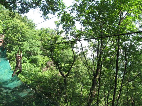 산악장애물 후련장에서 수평이동을 하고 있다. [사진 17사단 제공]
