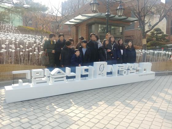 김수환 추기경 선종 10주기 미사를 앞두고 성당 앞에서 기념촬영을 하는 시민들. 김정연 기자